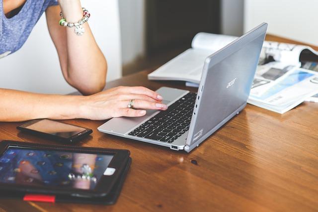 Kobieta pisząca na klawiaturze