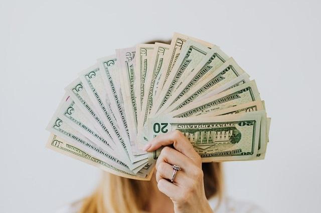 Kobieta z wachlarzem pieniędzy